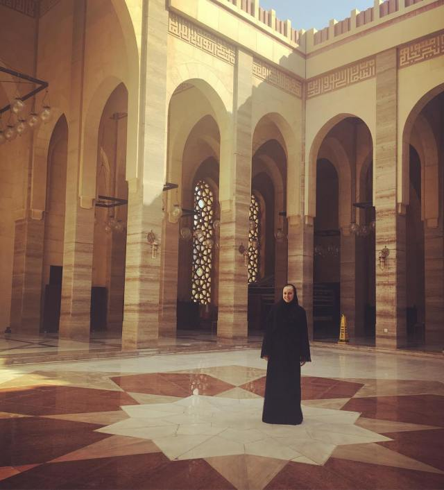 standing_in_the_courtyard_of_the__grandmosque_in__bahrain-_incredible_structure-1